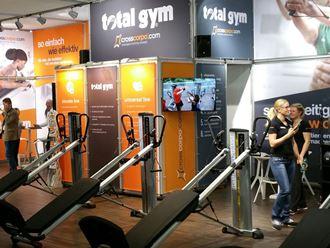 crosscorpo zeigt auf der Therapro die Total Gym Multifunktionsgeräte PowerTower und GTS aus der Universal Line