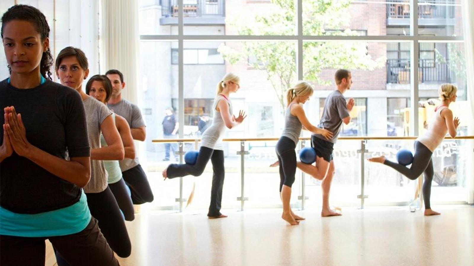 Piloxing Barre heißt ein neues Fitnessprogramm, bei dem Elemente aus dem klassischen Ballett mit Standing Pilates, Boxbewegungen und Cardiosequenzen kombiniert werden