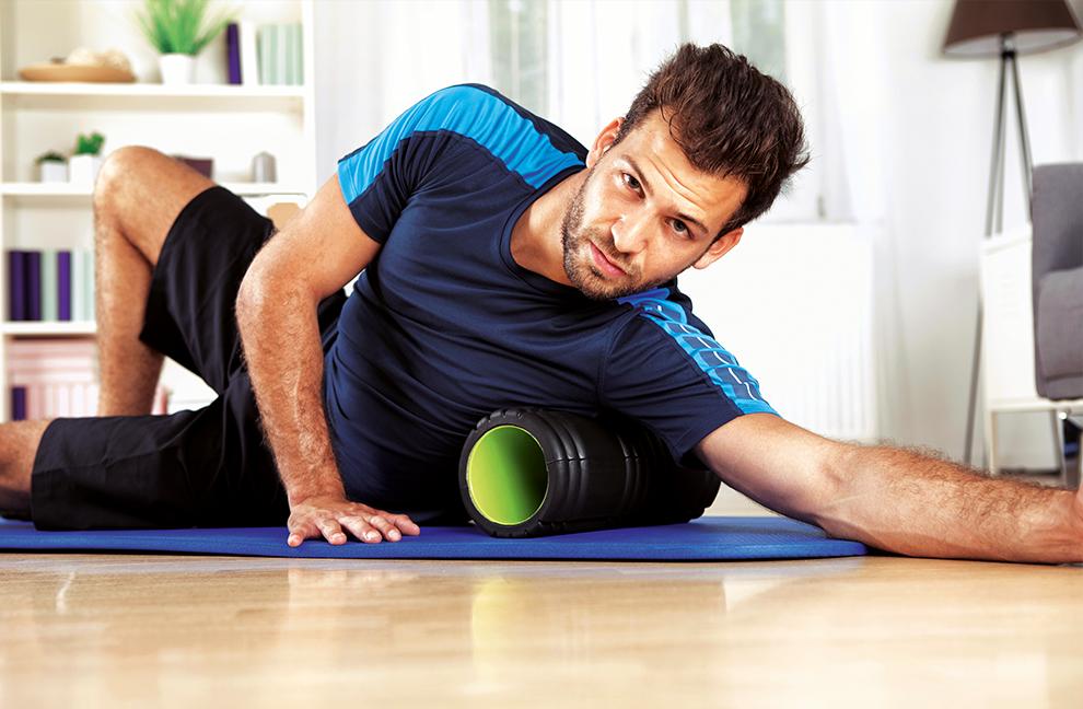 """Übungen mit der Massagerolle ( """"Self-Myofascial-Release"""") sind besonders wertvoll, denn sie bewirken eine Tonussenkung im Muskel. Fotos: Photographee.com, sebastianGauer/shutterstock.com"""