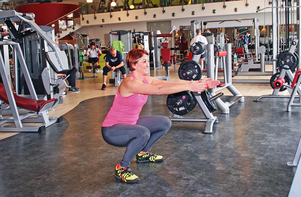 Die Beugungstiefe ist individuell. Übungsziele sind die Mobilisation der unteren Extremitäten und die Aktivierung der Rumpfmuskulatur mit stabiler Beinachse.