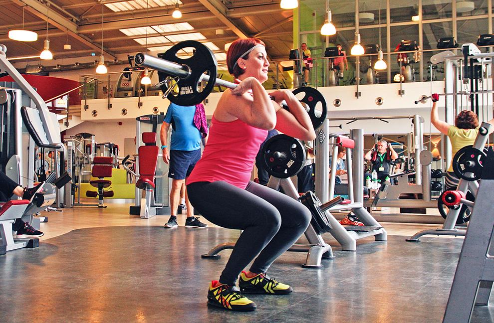 Wichtig ist, dass während der gesamten Bewegung der Oberkörper aufrecht bleibt und die Ellbogen nach vorn zeigen.