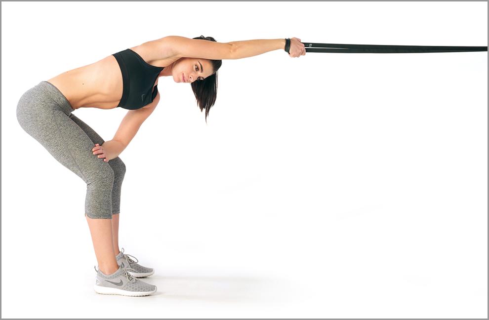 Übung 3: Latstretch. Mit einer Hand in ein Powerband greifen und Dehnposition einnehmen, leicht mit dem Oberkörper aufdrehen, um den Stretch zu verstärken.