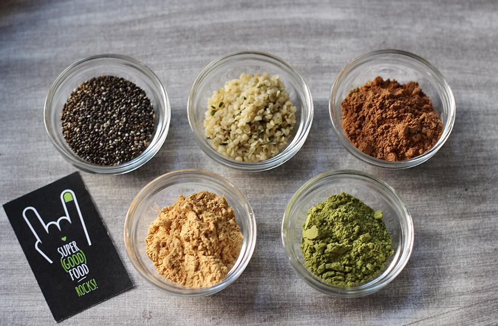 Superfoods zur natürlichen Nährstoffversorgung: Chia Samen, Hanfsamen, Rohkakao, Maca und Matcha