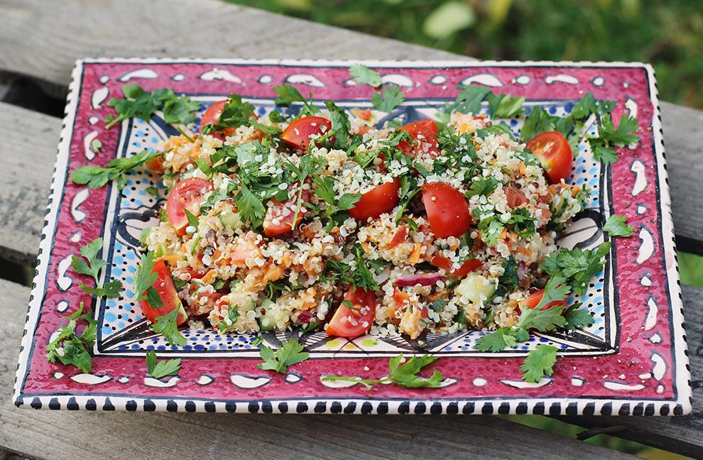 Tabouleh mit Quinoa und Hanfsamen: zwei vollwertige Eiweißquellen - dazu Gurke und Petersilie.