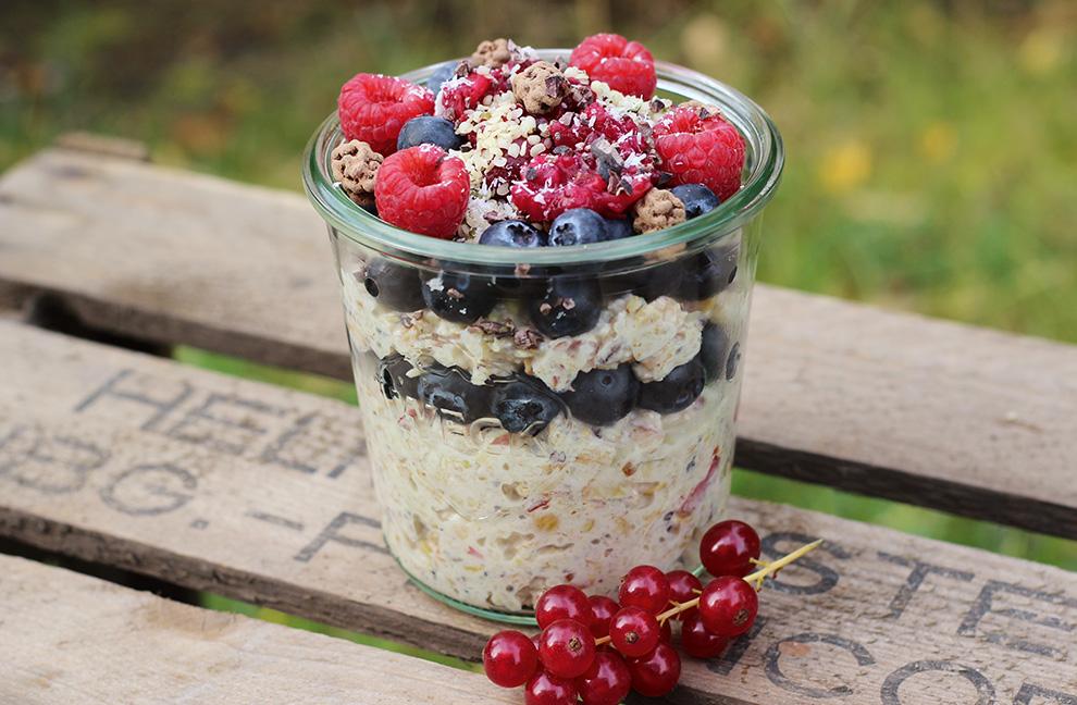 Glutenfreies Superfood-Bircher mit Hirse und Buchweizen- Keimlingen - ideal als Zwischenmahlzeit vor Training