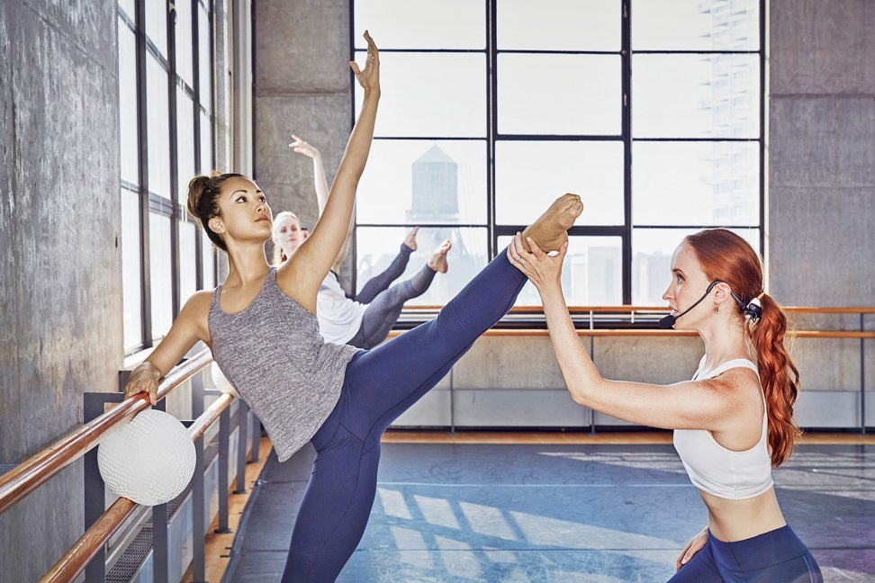 Kombination aus Training an der Ballettstange und Pilates Mattentraining