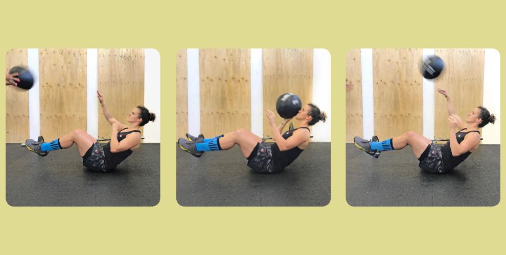 Reactiv Sit-Up Erwarte in der mittleren SitUp-Position (mit stabile Lendenwirbelsäule) einen dir zugeworfenen Medizinball. Diesen versuchst du mit einer Hand aufzufangen und im gleichen Bewegungszug zurück zu deinem Partner zu werfen. Bleibe während der einseitigen Krafteinwirkung stabil in deiner Position und arbeite antirotatiorisch.