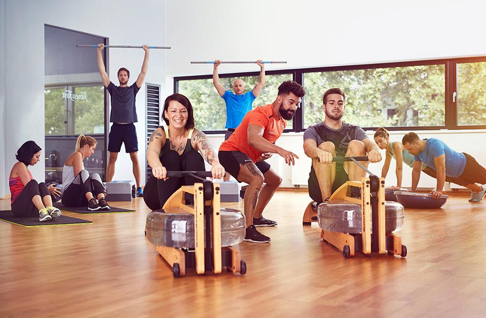 Rudern gegen echten Wasserwiderstand: Mit neuen Trainingsgeräten macht das Workout noch mehr Spaß. Foto: Fitness First