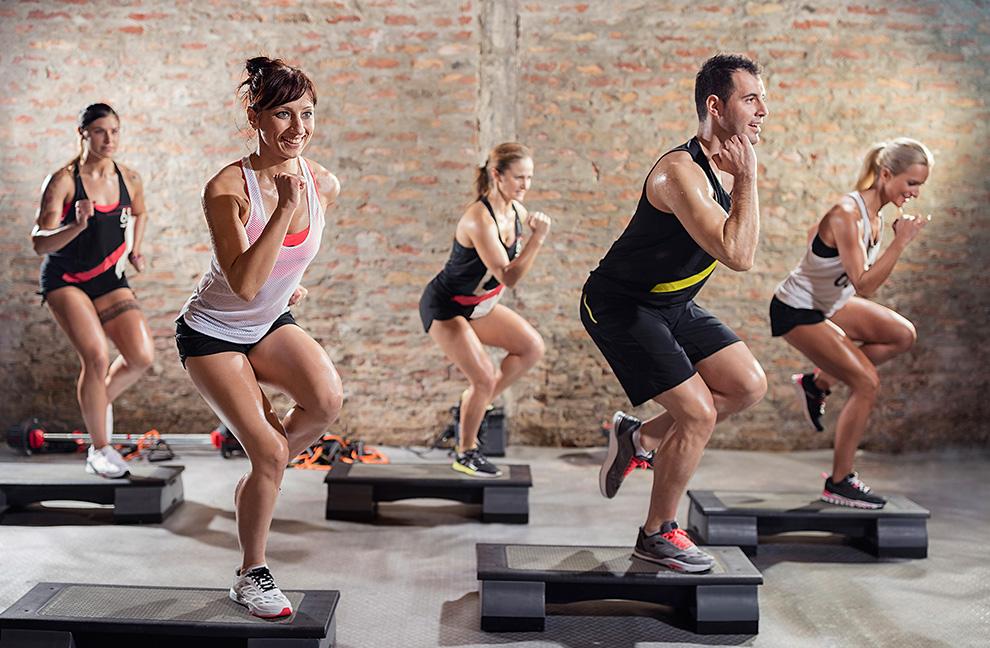Wer das Ziel hat, so viele Kalorien wie möglich zu verbrennen, sollte Step Aerobic ausüben. Foto: Lucky Buisiness / Shutterstock.com